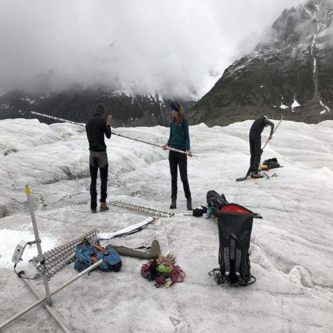 Glaziologen platzieren die Messtation