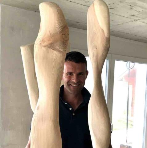 Die Skulpturen aus Ulmen- und Lärchenholz