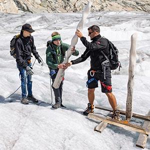 Künstler Dominic Müller baut mit Nicolas und Jonas die Skulptur ab / 25.8.2021